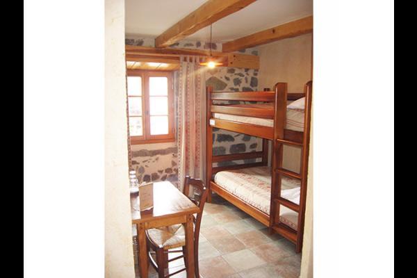 Fleur de Pommier : chambre située au 1er étage pouvant accueillir jusqu'à 4 pers. et comprend 1 lit de 2 personnes en 140 et 2 lits en 90 superposés (nb : le lit du haut ne convient qu'aux enfants d'au moins 6 ans) - Chambre d'hôtes - Blanzac