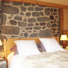 Nid au creux des pierres : chambre située au 1er étage et pouvant accueillir jusqu'à 4 personnes. - Chambre d'hôtes - Blanzac