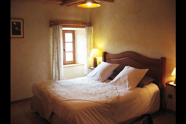 Bouton d'or : chambre située au 2ème étage avec vue sur l'église et la place tranquille du village. - Chambre d'hôtes - Blanzac