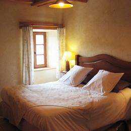 Bouton d'or : chambre située au 2ème étage avec vue sur l'église et la place tranquille du village. - Chambre d'hôte - Blanzac