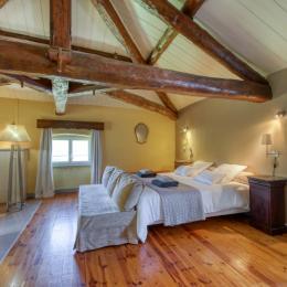 Chambre Les Cépages - étage mansardé (SDE-WC privatifs et attenants à la chambre). - Chambre d'hôtes - Saint-Ilpize
