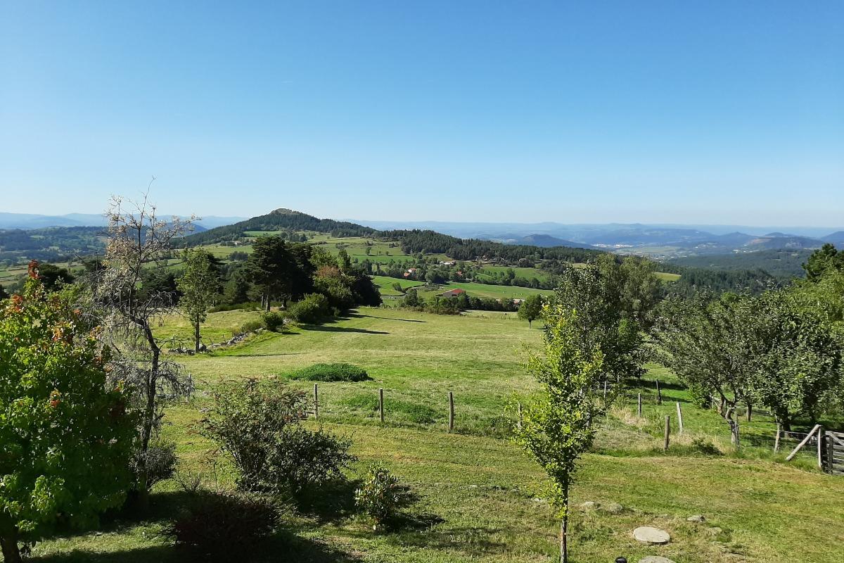 Très belle vue sur la campagne et les massifs environnants ! - Location de vacances - Laussonne