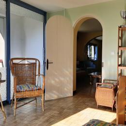 rdc : coin salon avec accès direct sur la grande terrasse et le balcon abrité - Location de vacances - Laussonne