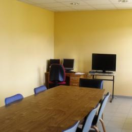 Salle de réunion équipée : TV à écran plat, écran PC, WIFI (connexion gratuite et sécurisée dans les parties communes), ... - Location de vacances - Saugues