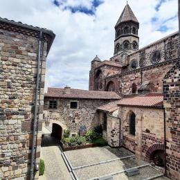 Depuis la chambre Suite Air vue sur la Basilique Saint-Julien. - Chambre d'hôtes - Brioude