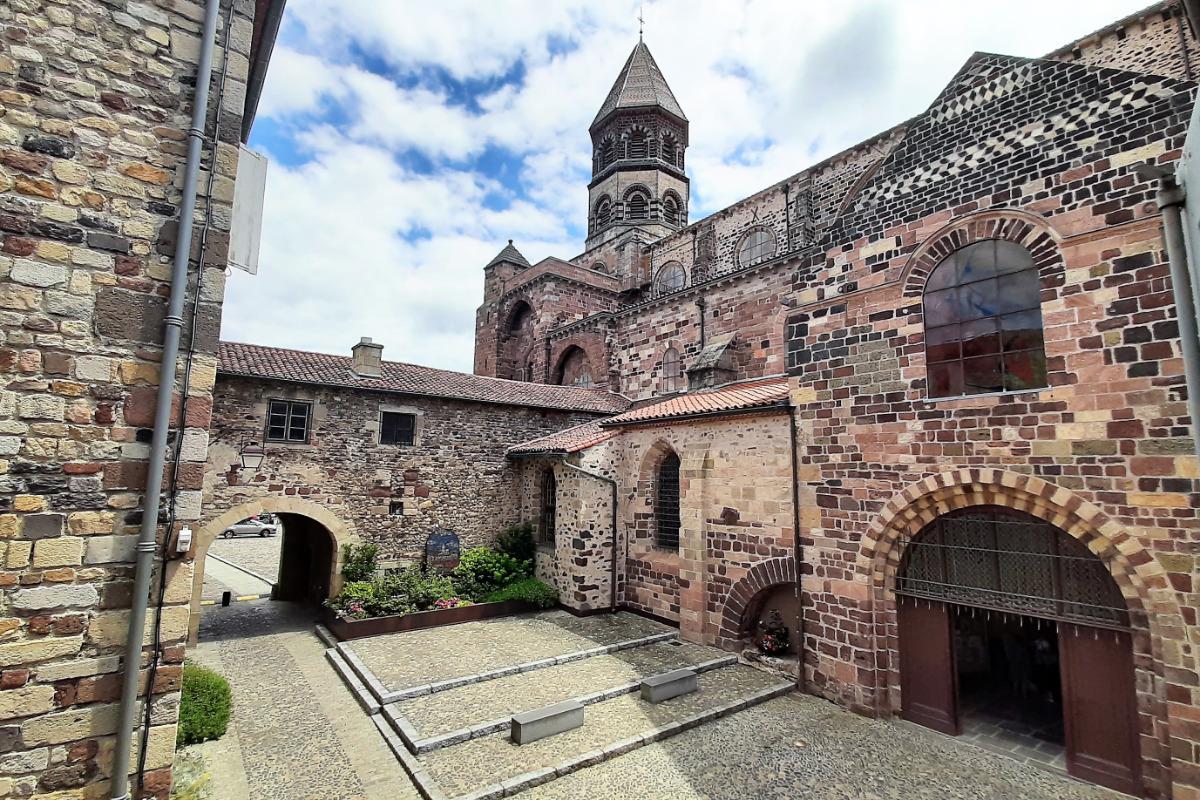 Basilique Saint-Julien,  la plus grande des églises romanes d'Auvergne  - Chambre d'hôtes - Brioude