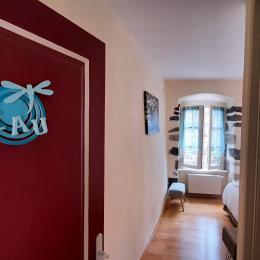 1er étage - Suite parentale EAU - Chambre Eau - 2 lits 1 pers. en 90x190 cm (ou 180x190 cm). SDE - WC privatifs et situés sur le même niveau que la chambre. - Chambre d'hôtes - Brioude
