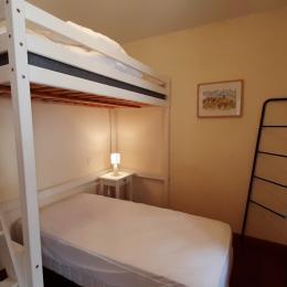 1er étage - Suite parentale EAU - Suite Eau - lit mezzanine (2 lits 1 pers. en 90x190 cm).  SDE - WC privatifs et situés sur le même niveau que la chambre. - Chambre d'hôtes - Brioude