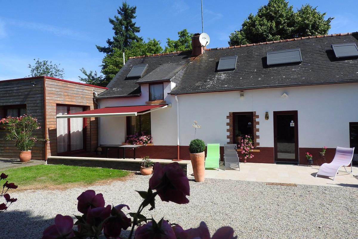 la maison et sa terrasse plein sud - Location de vacances - Rougé