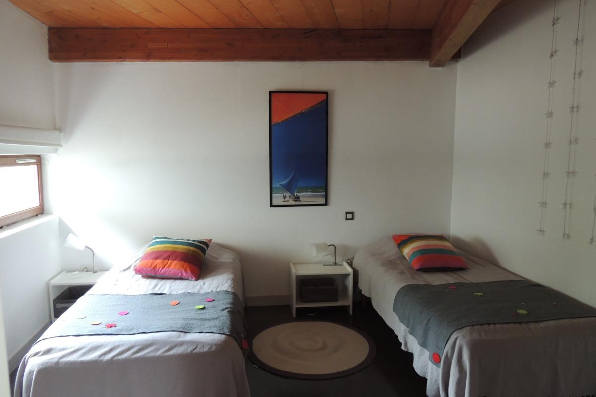 chambre rez de chaussée avec 2 lits 90 - Location de vacances - Guérande