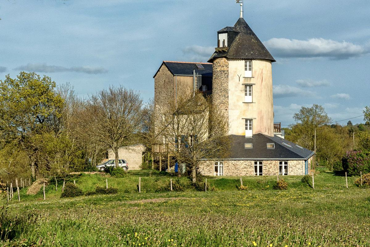 Vue de face du magasin au pied de la tour - Location de vacances - Besle Sur Vilaine