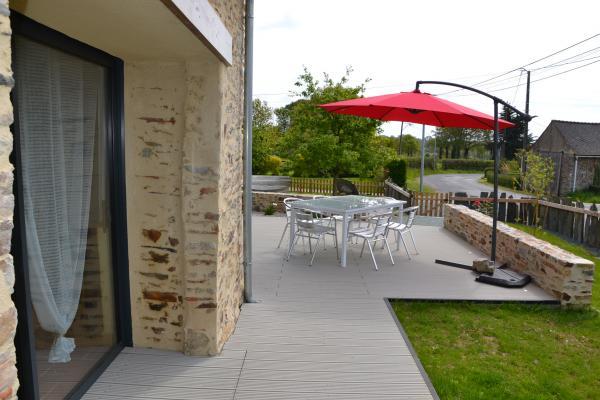 Terrasse avec salon de jardin - Location de vacances - Le Gâvre