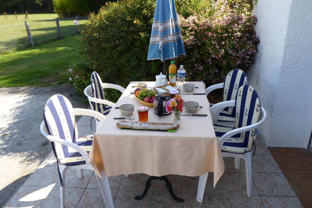 petit dejeuner au soleil - Location de vacances - Saint-André-des-Eaux