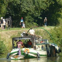 Péniche tractée par cheval de trait sur Canal Nantes Brest - Chambre d'hôtes - Blain