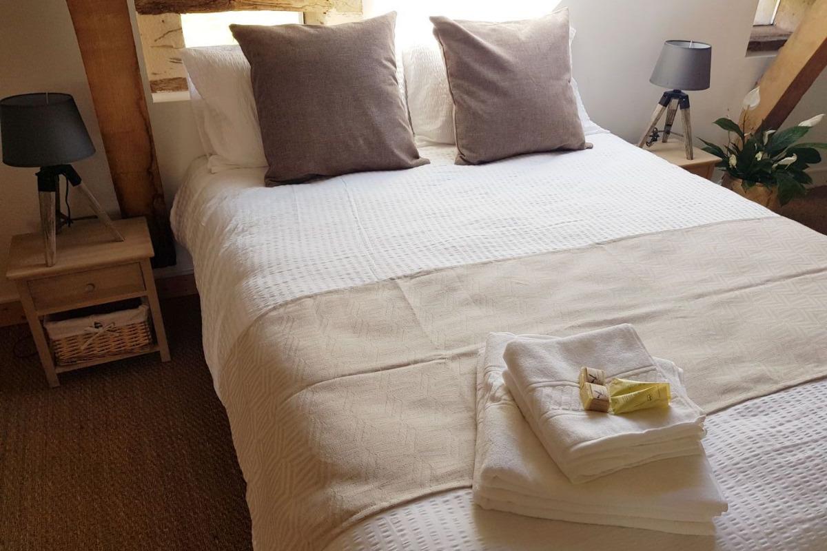 Une literie très confortable et des produits de toilette bio - Chambre d'hôtes - Le Pin