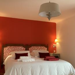 Chambre spacieuse avec deux fenêtres et lit à l'italienne de 180 cm transformable en deux lits de 90 cm. - Chambre d'hôtes - Le Croisic