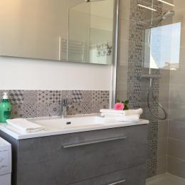 Salle de douche avec machine à laver - Location de vacances - Guérande