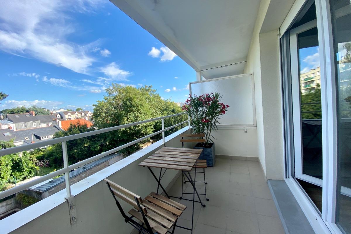 Salon de jardin sur balcon exposé sud, en fin de journée - Location de vacances - Nantes