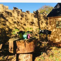 Terrasse privative sous les pins Kota « le repère du kontio» chambres d'hôtes Juste par hasard - St Michel Chef Chef - Chambre d'hôtes - Saint-Michel-Chef-Chef