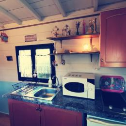 Coin kitchenette équipée dans la roulotte  - Chambre d'hôtes - Saint-Michel-Chef-Chef