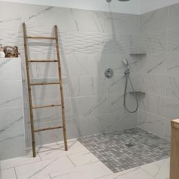 Salle d'eau accès PMR, attenante à la chambre 2  - Location de vacances - Saint-Michel-Chef-Chef