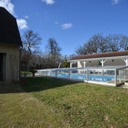 Côté Ouest de la maison avec la piscine et son préau - Location de vacances - Calès Lot