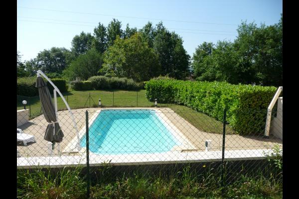vue piscine du salon et petit bosquet - Location de vacances - Duravel
