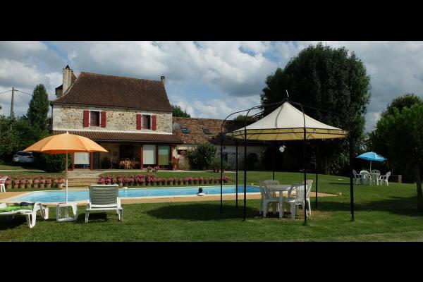 La maison et le gîte vus de la piscine - Location de vacances - Loupiac