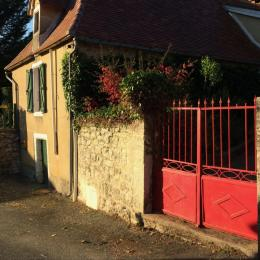 @N Coldefy La maison et son portail rouge, vue à l'arrivée - Location de vacances - Saint-Sauveur-la-Vallée