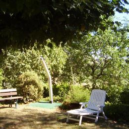 une partie du jardin avec douche solaire - Location de vacances - Lamothe-Cassel