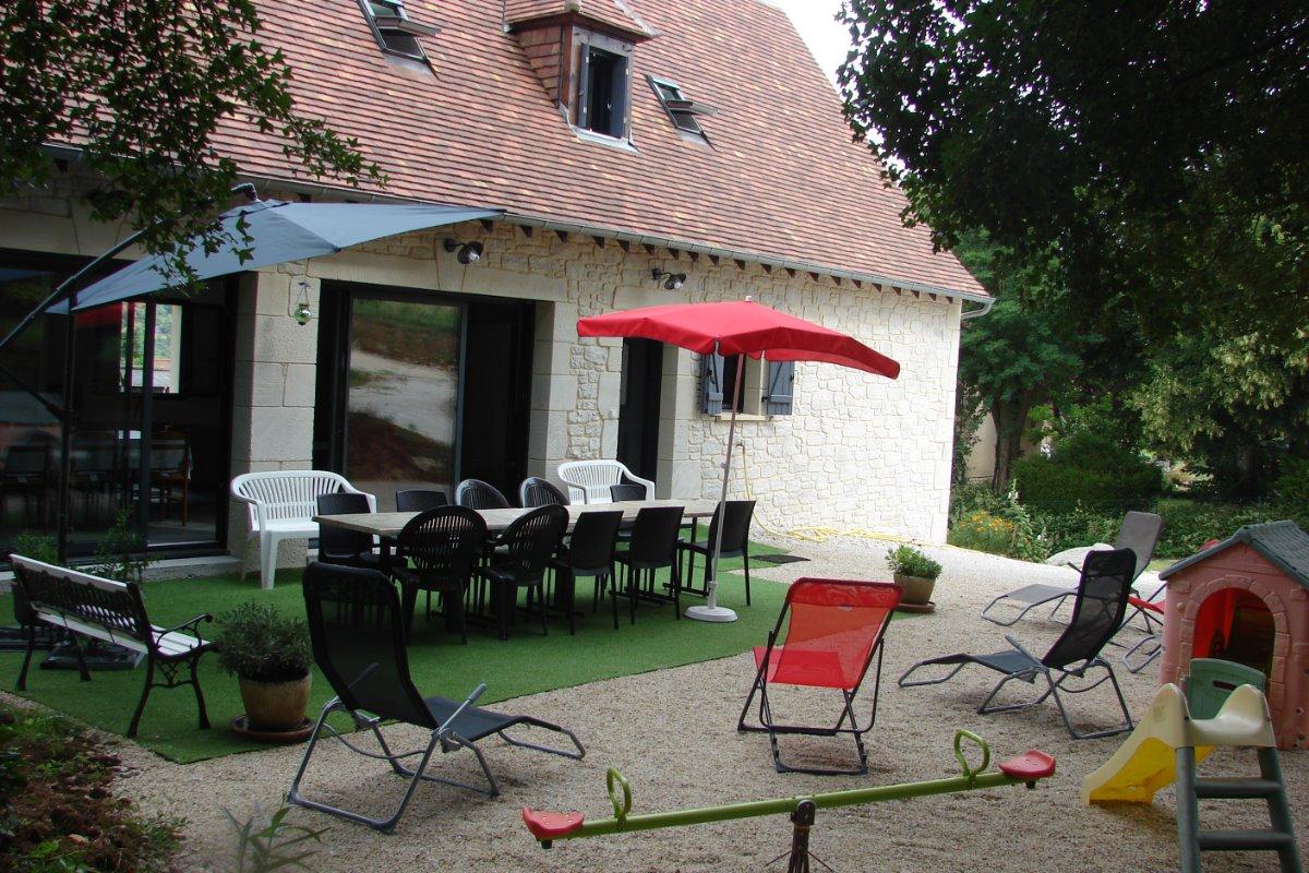 salon de jardin côte térasse au rez de jardin et entrée du gîte  - Location de vacances - Lacave