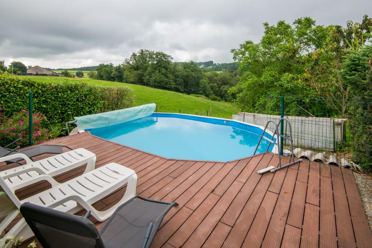 Terrasse et barbecue  - Location de vacances - Saint-Médard-Nicourby