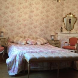 chambre rose RDC - Location de vacances - Carlucet
