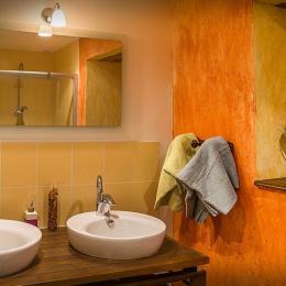 Parc Naturel Régional du Quercy - Suite Andromède - la salle d'eau avec 2 vasques , douche à l'italienne - Chambre d'hôtes - Espédaillac