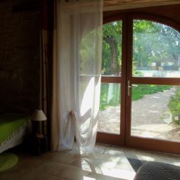 La porte donne directement dans le parc et la piscine - chambre en rez de jardin Grande Ourse - Chambre d'hôtes - Espédaillac