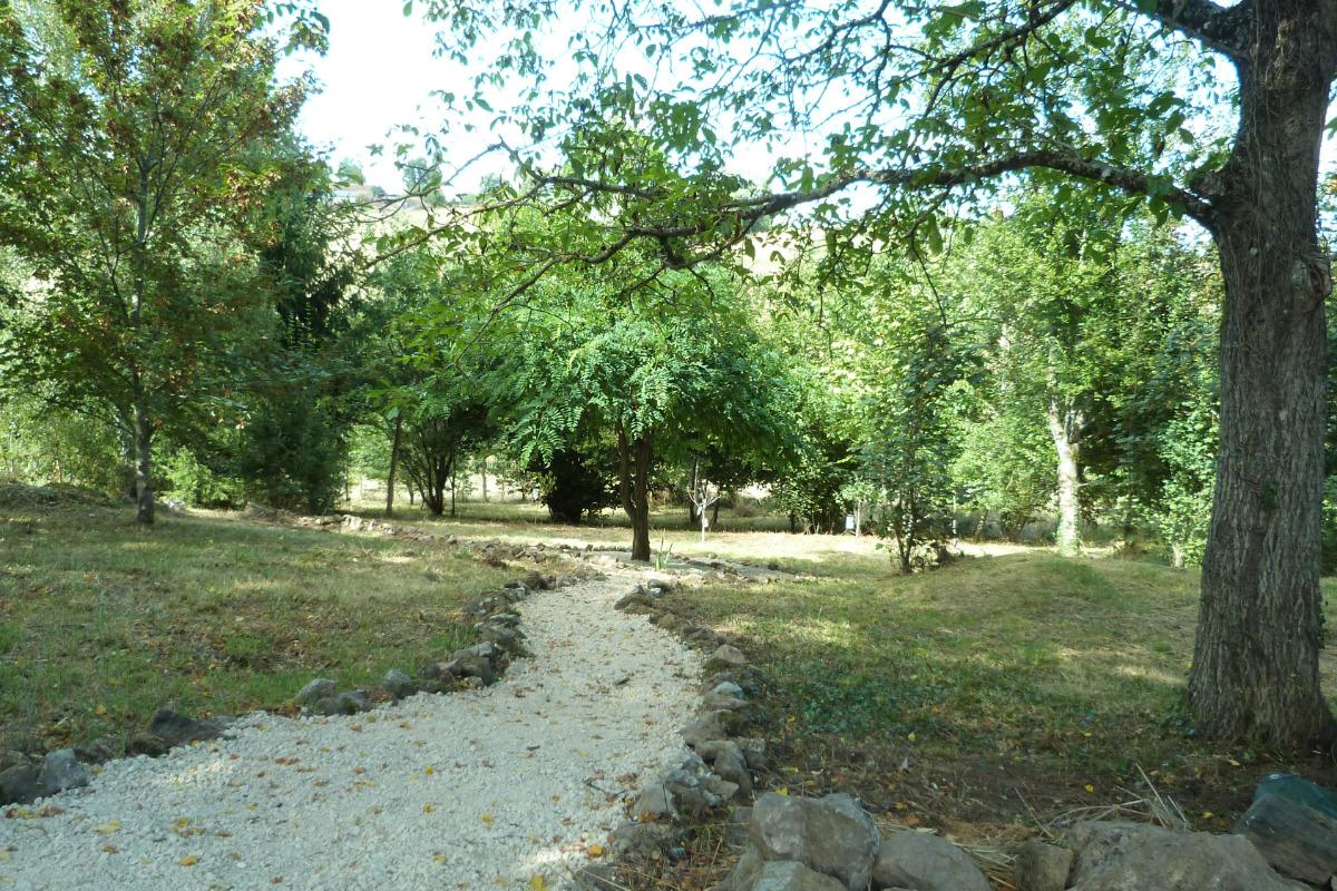 le coin repas dans le jardin - Location de vacances - Saint-Cirgues