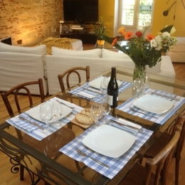Table dressée dans votre séjour - Location de vacances - Cahors