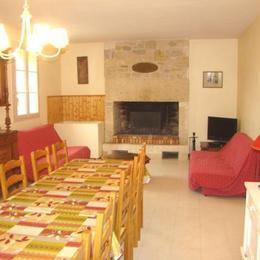 La salle à manger & le coin salon - Location de vacances - Thézac
