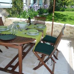 Terrasse gîte - Table dressée - Location de vacances - Vianne