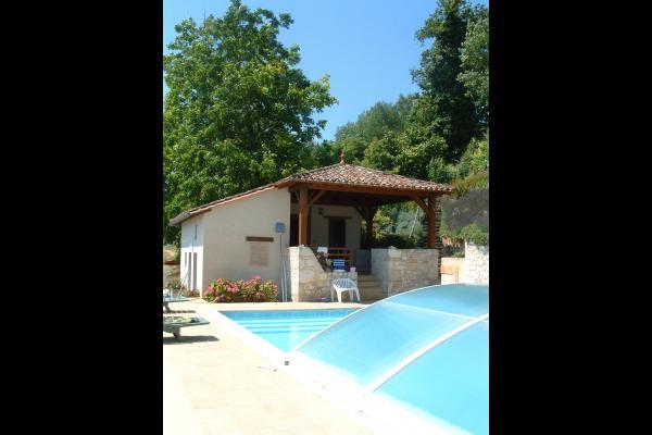 la piscine et le pool house abritant une terrasse et les sanitaires - Location de vacances - Loubès-Bernac