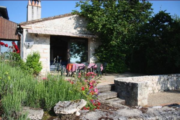 la terrasse donnant sur la façade - Location de vacances - Loubès-Bernac