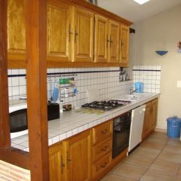 la cuisine séparée du séjour - Location de vacances - Loubès-Bernac
