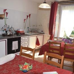 espace petits déjeuner + cuisine commune - Chambre d'hôtes - Mézin