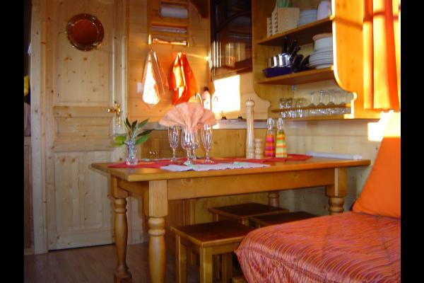 2 plaques électriques Réfrigérateur avec freezer Kitchenette avec vaisselle complète Cafetière, grille-pain, bouilloire électrique