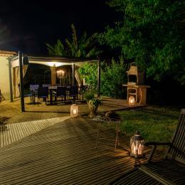 Grandes terrasses en bois, espace repas et barbecue - Location de vacances - Buzet-sur-Baïse