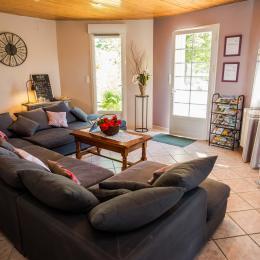 Grand salon avec canapé d'angle, belle pièce de vie - Location de vacances - Buzet-sur-Baïse