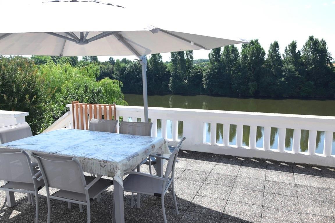 terrasse avec accès direct au Lot - Location de vacances - Monsempron-Libos