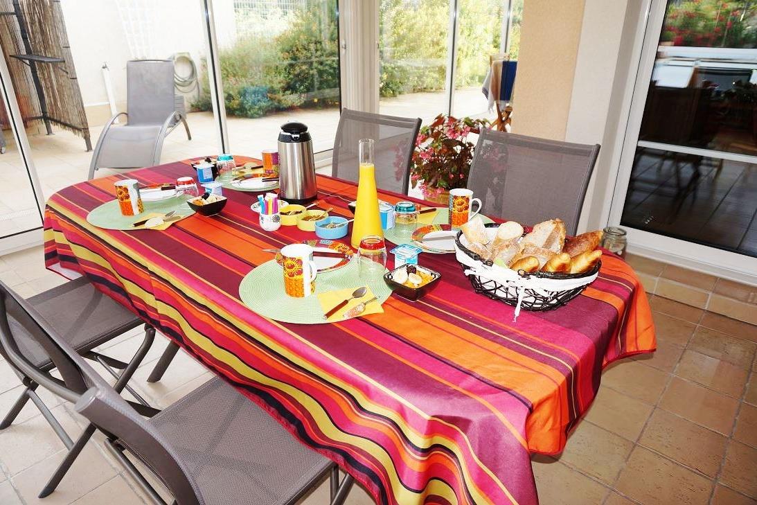 Petit déjeuner sous la véranda - Chambre d'hôtes - Pont-du-Casse