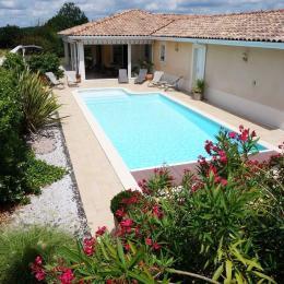 Piscine avec terrasse et stores - Chambre d'hôtes - Pont-du-Casse