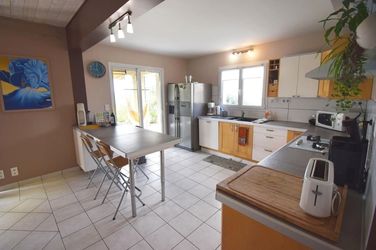 La cuisine et l'îlot  - Location de vacances - Montignac-de-Lauzun
